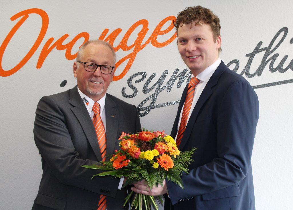 Coba-Geschäftsführer Bernd Lordieck (rechts) gratulierte Michael Engel zum 20-jährigen Dienstjubiläum