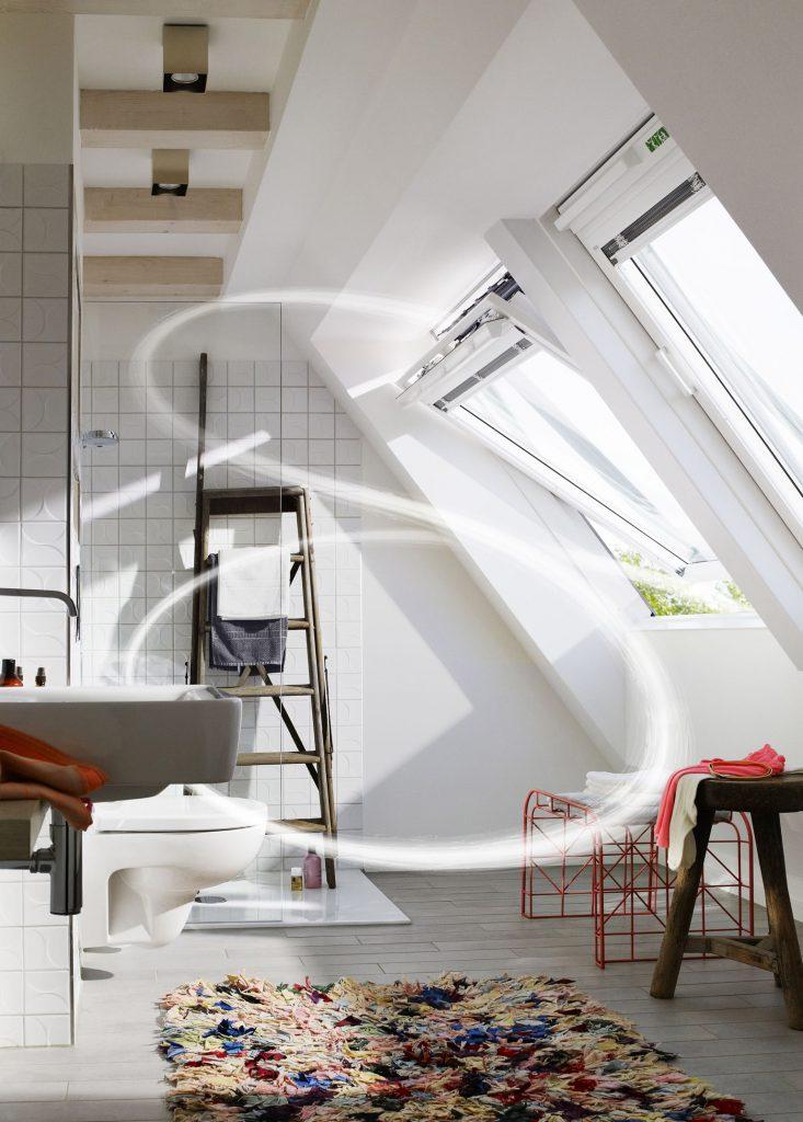 Hohe Luftfeuchtigkeit, etwa nach dem Duschen, sollte durch Lüften schnell aus dem Bad entfernt werden (Foto: Velux Deutschland GmbH)